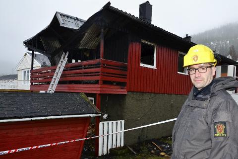 ÅSTEDSUNDERSØKELSER: Politietterforsker Atle Rokkan og kollegene var på brannstedet mandag. Foto: Hugo Charles Hansen