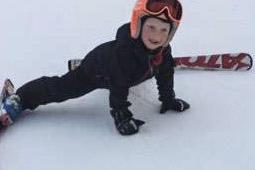 KJØRER KURS: Slalåmklubbens Thilde Rabben viser hvordan det kan gå for dem som ikke mestrer skiteknikk godt nok. Foto: RSK