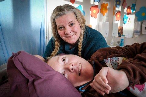 Mer enn smertestillende: Palliasjon er mer enn smertestillende, mener Gunn-Elin Aspvik. – Det handler om all omsorg som gjør livet best mulig for sønnen Martin Embert (17). Foto Øyvind Bratt