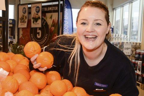 APPELSINJENTA: Maicen Eilertsen ved Rema Søderlundmyra har tenkt appelsiner døgnet rundt, slik at de ble best på appelsinsalg i fylke.