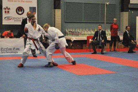 LOKAL DUELL: Julian Halsøy i konkurranse med klubbkameraten Sondre Krogh Bursvik. Her har førstnevnte akkurat slått sin gode venn i finalen i Ishøj karatecup i Danmark. Foto: Ronny Olsen