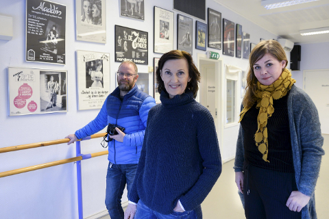 På laget: Sissel Venes (midten) har fått med seg Hedda Hiller fra Mye i Media og fotograf i Rana Blad Øyvind Bratt når hun går i gang med Tip Toes 30-års jubileums bok. De har begge jobbet mye med Tip Toe i løpet av de årene som har gått.Foto: Lisa Ditlefsen