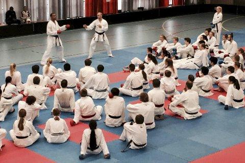 SAMLING: Rana karateklubb var representert med ni utøvere på Kick Off-samlingen i Oslo forleden. Foto: Privat