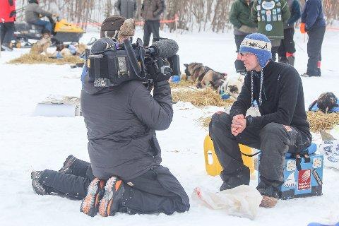 Joar Leifseth Ulsom intervjues under sin åttetimershvile på sjekkpunktet Koyukuk.