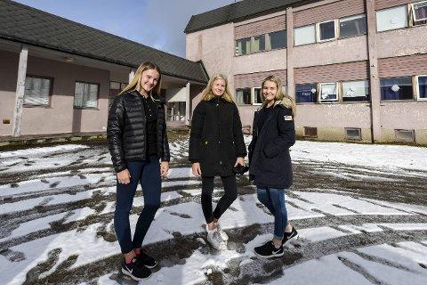 Gir seg ikke lett: F.v. Dina Johanne Bohlin, Hannah Høsøien og Ida Anette Larsen ved Selfors ungdomsskole oppfordrer alle som er i mot en stor skole i sentrum, om å bli med på markeringa deres tirsdag.