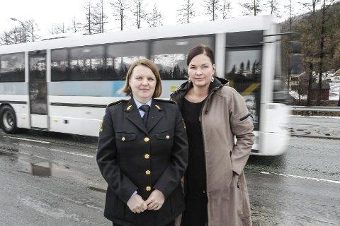 VARSLING: Mette Horsberg og Linda Rømma ved politiet på Helgeland mener varsling av kontroller kan virke mot sin hensikt hvis det bidrar til at lovbrytere slipper unna. De vil gjerne ha en debatt om temaet. Foto: Per Vikan