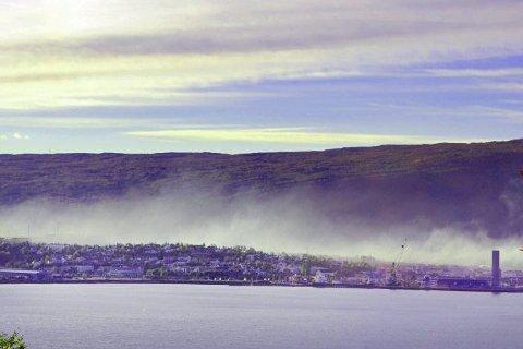 LUFTFORURENSING: Luftkvaliteten i Mo i Rana har vært gjenstand for stor oppmerksomhet. En nylig publisert rapport viser at utslippene av en rekke tungmetaller fra industrien ikke har blitt noe mindre på fem år. Foto: Beate Nygård