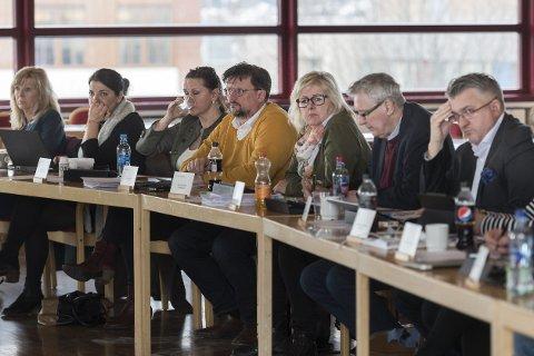 Økonomi: KrFs Anne Sofie Urke (t.v.) er klar på at hun ikke vil ha den nye skolestrukturen som SV, Ap; H og Frp går inn for, men ikke like klar på hva KrF vil prioritere bort for å betale for å holde på dagens struktur. Foto: Øyvind Bratt