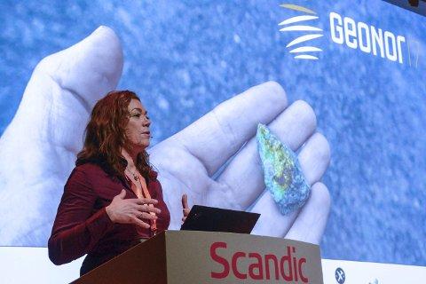 FORUTSIGBARHET: – For å hente ut mer mineraler og skape verdier for Norge, er det nødvendig med langsiktige rammebetingelser. Det trengs for at aktører vil investere i slike prosjekter, sa NHO-direktør Kristin Skogen Lund under mineralkonferansen Geonor17. Foto: Arne Forbord