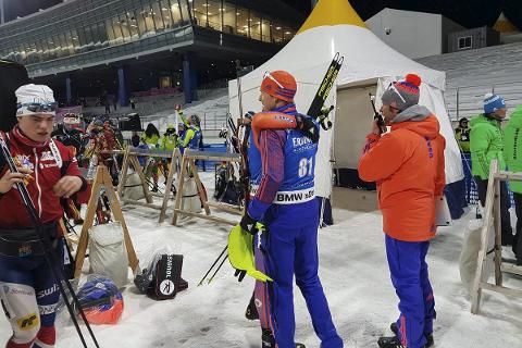 I verdenscup: B&Y ILs Fredrik Gjesbakk (t.v.) forlater målområdet i Pyeongchang etter en skuffende sprint. Fire bom ble det på de 10 skuddene. Foto: IBU