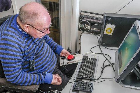 På post: Gunnar Lillegård utfører arbeidsoppgavene tross MS-sykdommen, på grunn av god tilrettelegging fra arbeidsgiveren sin, Posten Mo i Rana. Foto: Øyvind Bratt