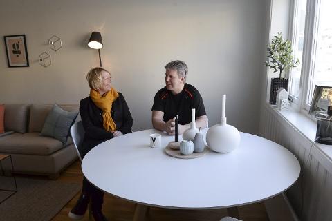 LUNT: Eiendomsmegler Sirianne Voie Brochmann og selger Jørgen Svarthoel i stua til en av leilighetene, som ligger sentralt på Mo. Foto: Ann Kristin Kjærnli