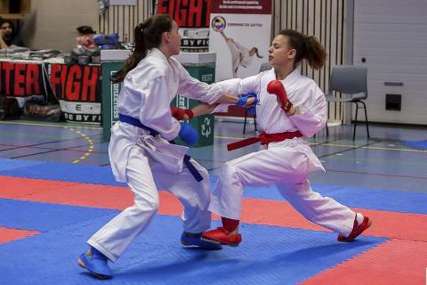 FRAMGHANG: Rana karateklubb viste igjen styrke da de forrige helg deltok i årets Norgesmesterskap. Ni utøvere, deriblant Dounia El Ghami (t.h.), reiste hjem med til sammen 10 medaljer. Foto: Ronny Olsen