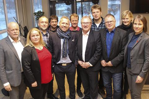 Samlet: Fra venstre: Jann-Arne Løvdahl (Vefsn), Kari Anne Bøkestad Andreassen (Vevelstad), Johnny Hanssen (Brønnøy), Ivan Haugland (Leirfjord), Bård Anders Langø (Alstahaug), Andre Møller (Vega), Arnt Frode Jensen (Herøy), Harald Lie (Hattfjelldal), Bjørn Ivar Lamo (Grane), Hanne Davidsen (Nesna) og Andrine Solli Oppegaard (Sømna) er blant de 18 ordførerne som har skrevet under mot nedleggelse av passutstedelse. foto: rune Pedersen