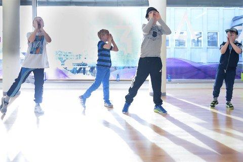 Akrobatikk: 1 og 2 Breakdancegruppene øver til forestilling. 3 og 4 Flere av gruppene møtes for å gå gjennom forestillingen sammen. 5 Elevene på Breakdance fra 11 år gjør mye akrobatikk. 6 Breakdance 7-10 år øver til showet.Foto: Lisa Ditlefsen