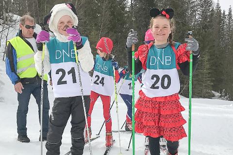 Tamara Joelsen (t.v.) og Mina Andersen, begge fra Bossmo & Ytteren, stilte pent pyntet til start.