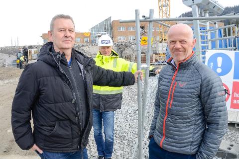 Kenneth Amundsen (t.v.) og Thomas Skonseng fra Polarsirkelen videregående skole og Pål Høsøien fra Hent er godt i gang med bygging av nytt fellesbygg på Mjølan.