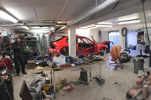 KOSTER: Markus Grønningsæter er i gang med siste finpuss på rallycrossbilen. Neste helg er det sesongstart på Gardermoen.