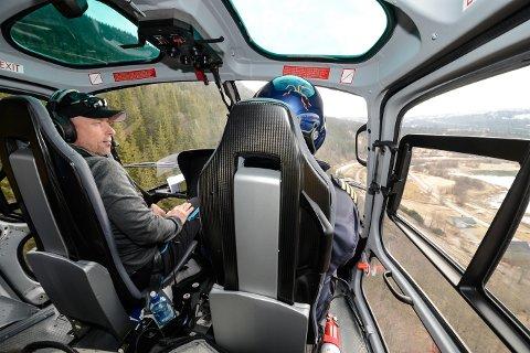 Hele høyspentnettet til Helgeland Kraft sjekkes av helikopteret fra Pegasus Helicopters. Energimontør Rune Nilsen med base på Bjerka er med når linjene i Hemnes settes under lupen. Han har sin plass foran sammen med pilot Terje Ånestad.