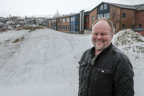 Her skal det bygges: Byggeleder Leif Sagen står foran plassen hvor det nye allaktivitetshuset på Gruben kommer.Foto: Øyvind Bratt