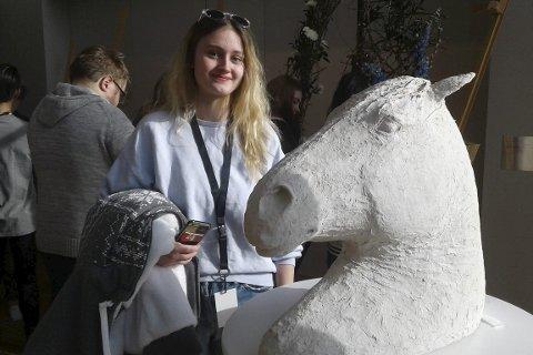 Kunst: Pia Langvann går videre med sin skulptur «Høv» for å representere Nordland under UKM-festivalen i Sandnes.Foto: Tor-Inge Myrnes