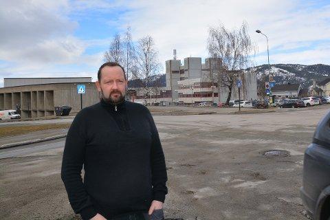 Reagerer: Jarl Stian Johansson mener administrasjonen i Rana forsøker å presse politikerne i en bestemt retning og reagerer sterkt på det. Foto: Viktor Leeds Høgseth