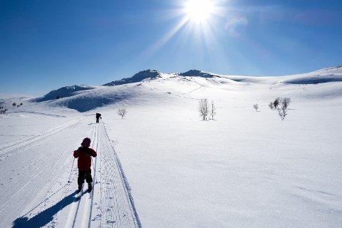 Fjellvett: Skiløpere, blå himmel, sol og påskevær. Men vår obs på forholdene i fjellet er oppfordringa fra Røde Kors. Foto: Gorm Kallestad, NTB/SCANPIX