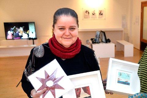 Amatører: Styreleder i Rana Kunstforening, Mona Iglum, håper mange amatører melder seg til kunstutstilling på nasjonaldagen. Her fra juleutstilling i 2015.
