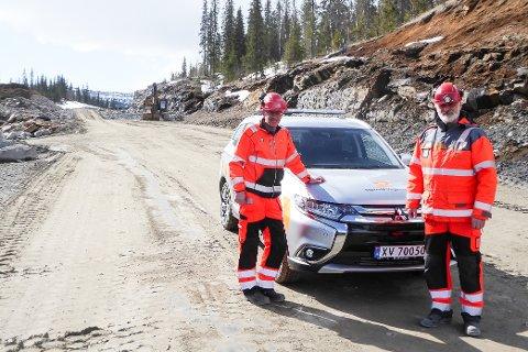Prosjektleder Bård Nyland for E6 Helgeland og delprosjektleder Trond Maas Pedersen for E6 Helgeland i Statens vegvesen lar seg imponere over den store effektiviteten til anleggsfolkene fra Hæhre. Fra og med 6. juli kan du kjøre i 90 km/t på en ny vei mellom Tjæraskaret og Eiterå.