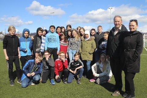 6. klasse: På Nesna skole er det tradisjon at 6. klassingene med foresatte stiller opp som arrangører av 17. mai-arrangementet. Frode Ulriksen og Kathrine Fosshei til høyre.