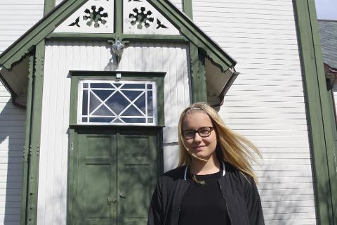 Konfirmeres i helga: Om ikke lenge tar Margit Julie Skog Herset på seg sin blå nordlandsbunad. Da er hun klar for å feire den store dagen.Foto: Karina Solheim
