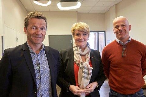 Jan Gabor (t.v.) fra Mo industripark, fylkesråd for utdanning Hild-Marit Olsen og rektor ved Polarsirkelen videregående skole, Thomas Skonseng.