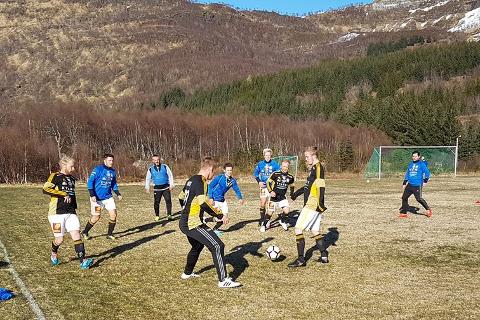 På gressbanen i Aldersundet ble det uavgjort 2-2 i en jevnspilt kamp mellom Lurøy FK og Hemnes IL.