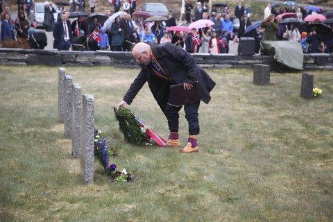 Krans: Amund Eriksen la ned krans ved de åtte gravplassene.