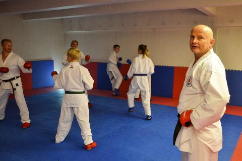MÅ HA NYTT: Det er disse lokalene, i det gamle polbygget ved Meyergården hotell, Rana karateklubb og trener Ronny Olsen mister når året er omme. Foto: Trond Isaksen