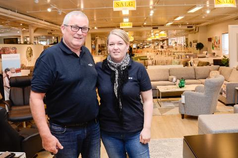 DATTEREN OVERTAR: Arnbjørn Olsen har drevet Møbelringen siden 1985, nå overlater han roret til datteren Elin O. Høgås. Foto: Gøran O. Pedersen