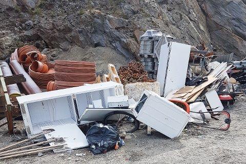 Henslengt søppel nært småbåthavna på Onøy bidrar ikke til å forskjønne området.