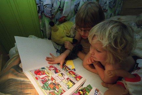 Illustrasjonsbilde av barn som leser på sengen.