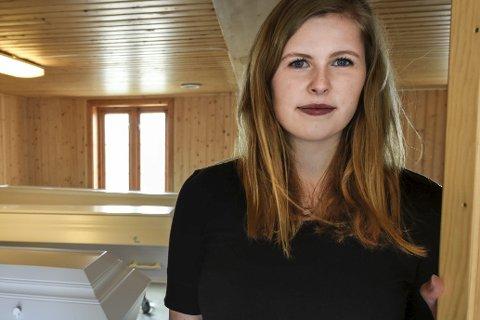 1 Ung: Jenny Holst Nybakk har på tross av sin unge alder bestemt seg for at hun vil bli gravferdskonsulent. 2 Ranas eneste kjølerom er på Ytteren. 3 Jenny og daglig leder ved Mo Begravelsesbyrå, Eirik Grønning, skal kjøre til krematoriet i Bodø. Foto: Øyvind Bratt