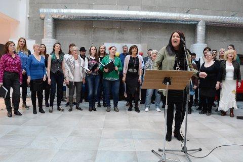 """Rana Kormakeri leverte en solid hyllest til Bob Dylan på Campus Helgeland. Her er solist Marit Fridtjofsen i aksjon på """"Knockin' on Heaven's Door""""."""