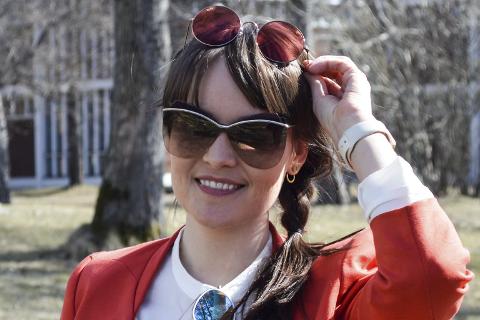 Trendy: Optiker Cecilie Rafdal viser frem noen av de mest trendy brillene denne sesongen. Runde briller med farget glass, 60-talls fasong, og briller med dobbelt bro med speil i glasset. Foto: Karina Solheim