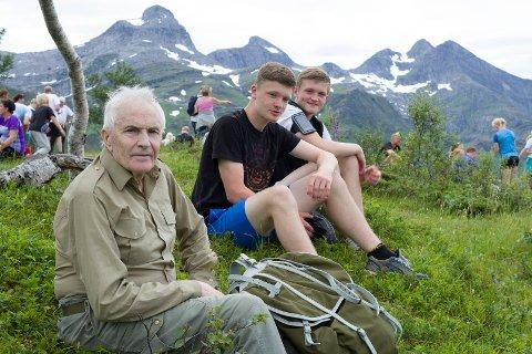 Rana Blads sommerturopplegg starter lørdag 8. juli og fortsetter de fem påfølgende lørdagene. Her ser man Leif Vatne, som i fjor tok turen til toppen av Åstuva sammen med barnebarna Torbjørn og Gustav Vatne.