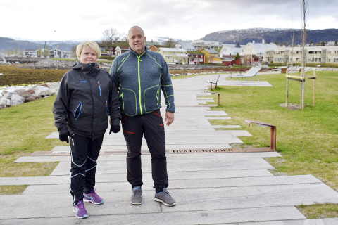 PÅ tur: Hanne Åsheim og Frank Åsheim trives godt med den nye promenaden.Foto: Emilie Sofie Olsen