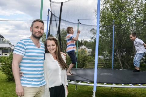 Sikret: Robert og Aleksandra Bjørknes har ikke opplevd noen skader på trampolinen. De har regler som barna Sebastian og Kristian må følge. Foto: Karina Solheim