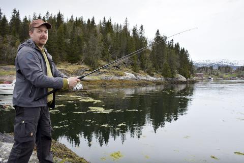 Fisker: Dan-Gunnar Hugvik håper på fiskelykke i Straumkjeften. Foto: Emilie Sofie Olsen