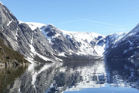Storslått: Polar Camp tilbyr båtturer inn i Nordfjorden som innbyr til naturopplevelser med bratte fjell og sjø der man kan være heldig å se hval og sel.