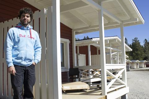 Snart klare: Servicesjef Bjørn Hedlund lover at hyttene vil være innflytningsklare til sankthans.Foto: Isabel Haugjord