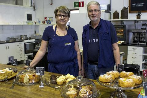Frivillig arbeid: Gun og Jan-Erik Assmundson har drevet med frivillig arbeid i over 15 år, og sørger for at det alltid er noe godt å «fika» på Pingstkyrkans Second Hand.Foto: Isabel Haugjord