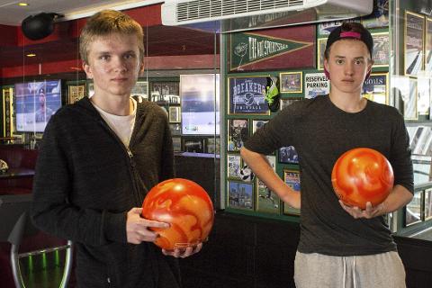 Bowling: Isak Berggren (16) og Edvin Sundström (14) var fornøyde med bowlingen under klasseturen. Foto: Isabel Haugjord