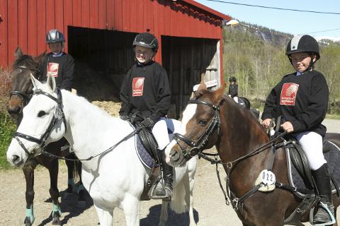 Klare for drøbak: Ingrid Sandhei Bjørklund, Tuva Petrine Kristiansen og Kine Husveg Almli skal konkurrere i en landsdekkende cup til helga. Foto: Stian Forland